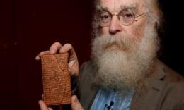 Irving Finkel dengan tablet tanah liat berhuruf paku di British Museum (sumber: theguardian.com)
