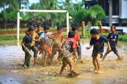 Ilustrasi anak-anak bermain di lapangan: Brilio