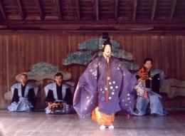 Pertunjukan Noh di Kuil Itsukushima (sumber: wikipedia.org)