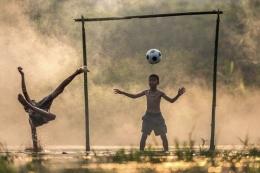 Ilustrasi anak-anak bermain sepak bola: Vinivee via Kaskus
