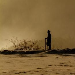 Pak Kasdi memanjatkan doa di pantai Kasab | Purwanto Beku
