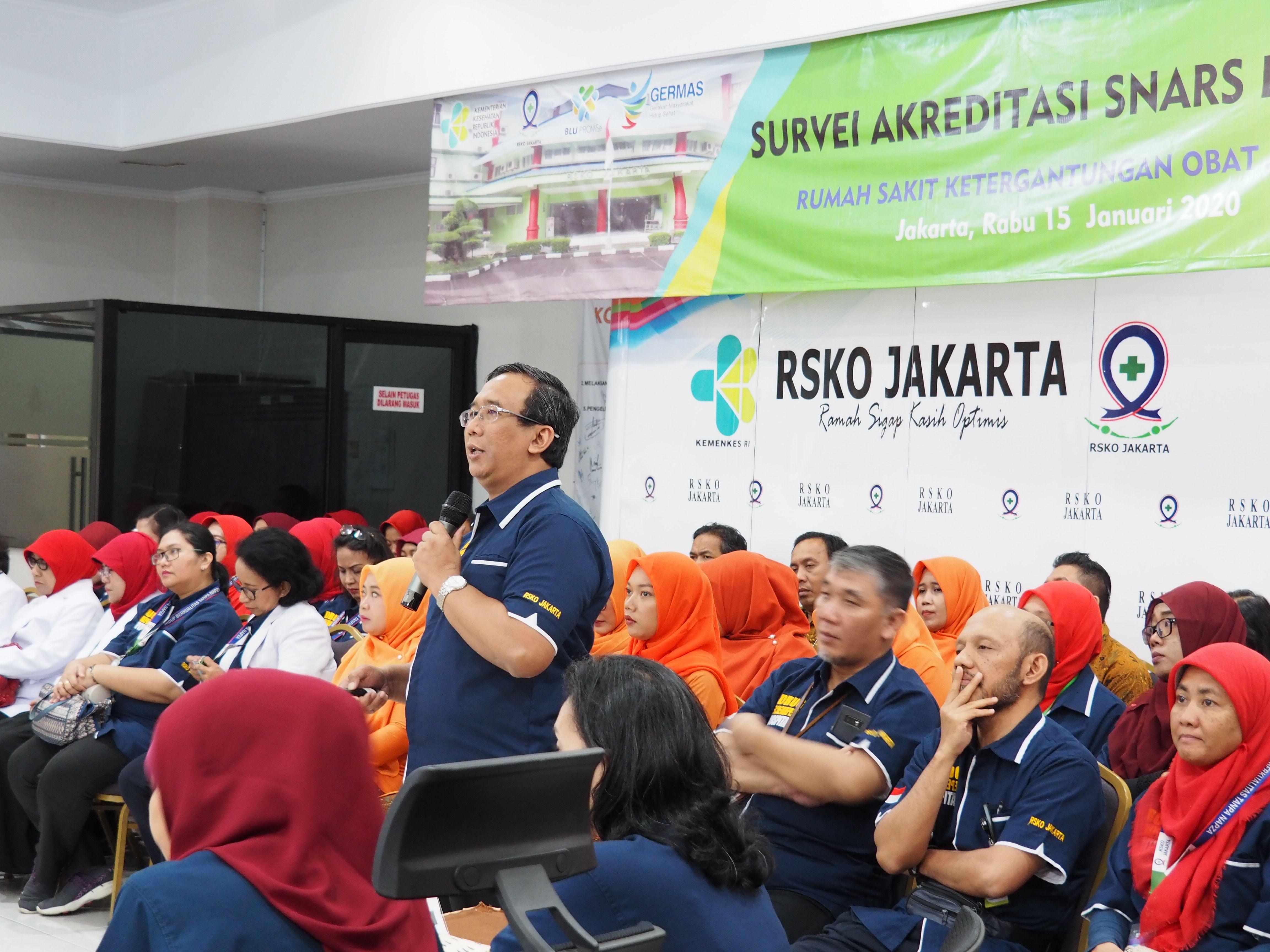 Deskripsi : Dirut RSKO Jakarta memeberikan paparan mengenai seluk beluk RSKO Jakarta kepada Survior KARS dan ASN yang hadir I Sumber Foto : dokpri