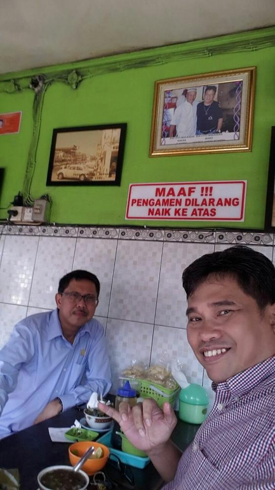 Bersama Aidir Amin Daud di warung coto Senen.   Dok. pribadi