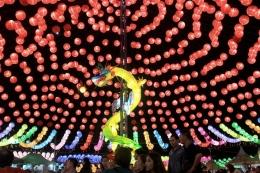 Lampion berbentuk naga dipamerkan dalam Sriwijaya Lantern Festival di Jalan Reziden Abdul Rozak, Kecamatan Ilir Timur III, Palembang, Sumatera Selatan, Kamis (23/1/2020). Festival yang menampilkan 10.000 lampion tersebut digelar untuk menyambut perayaan Imlek yang jatuh pada 25 Januari mendatang. (KOMPAS.com/Aji YK Putra)