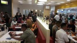 Para undangan lagi menikmati santapan khas HokBen. dok. @ftanjung