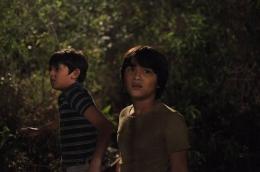 Ikanuri dan Wibisana saat masih kecil terjebak di hutan/ www.indonesiafilmcenter.com