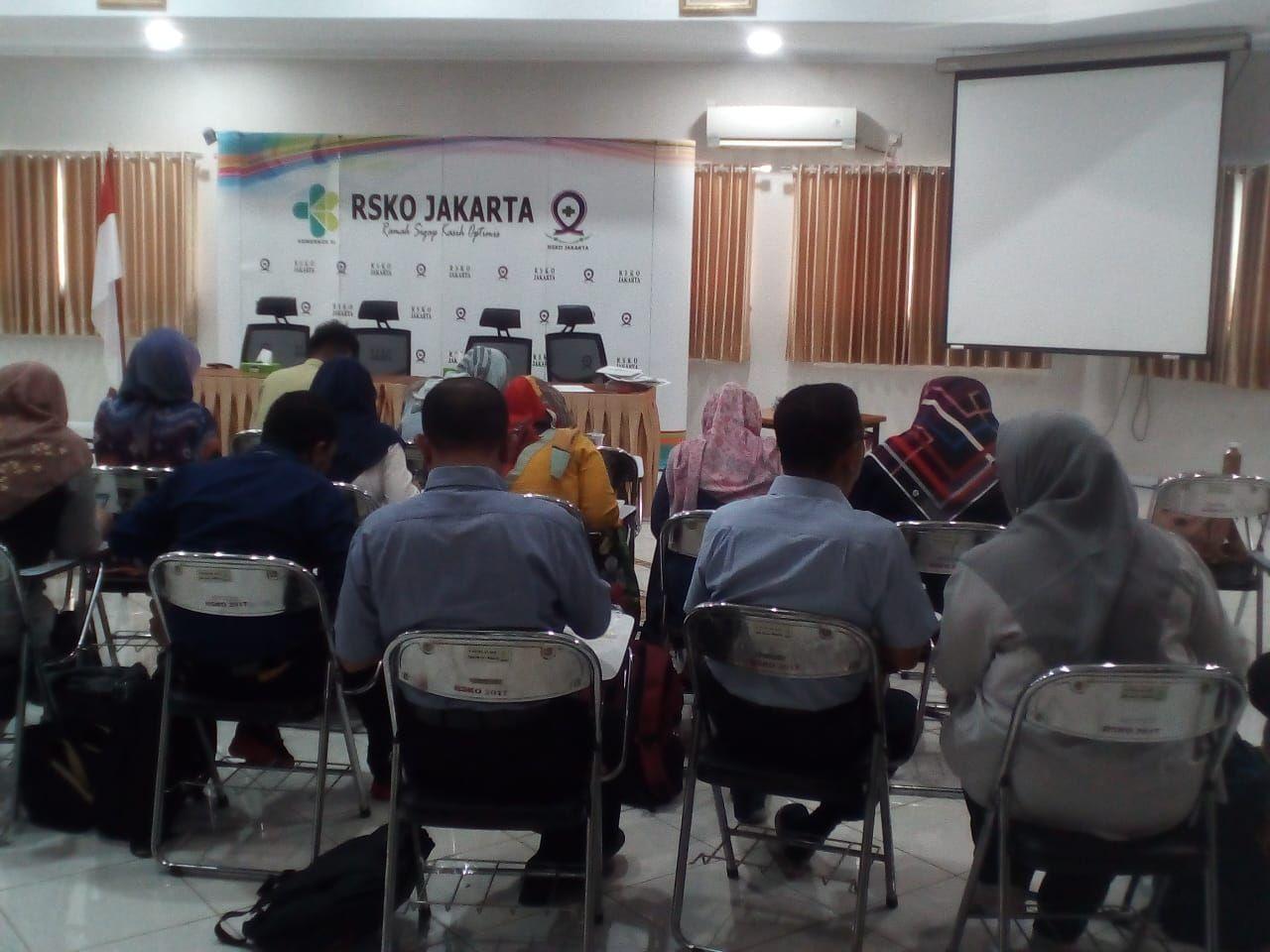 Deskripsi : Para Calon Petugas Kesehatan Haji Indonesia sedang melaksanakan test MMPI I Sumber Foto : dokpri