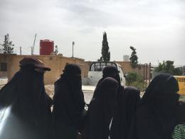 Keterangan: Beberapa perempuan eks ISIS di Kamp Al-Hawl. Foto: Dokumentasi pribadi Hussein Abri Dongoran