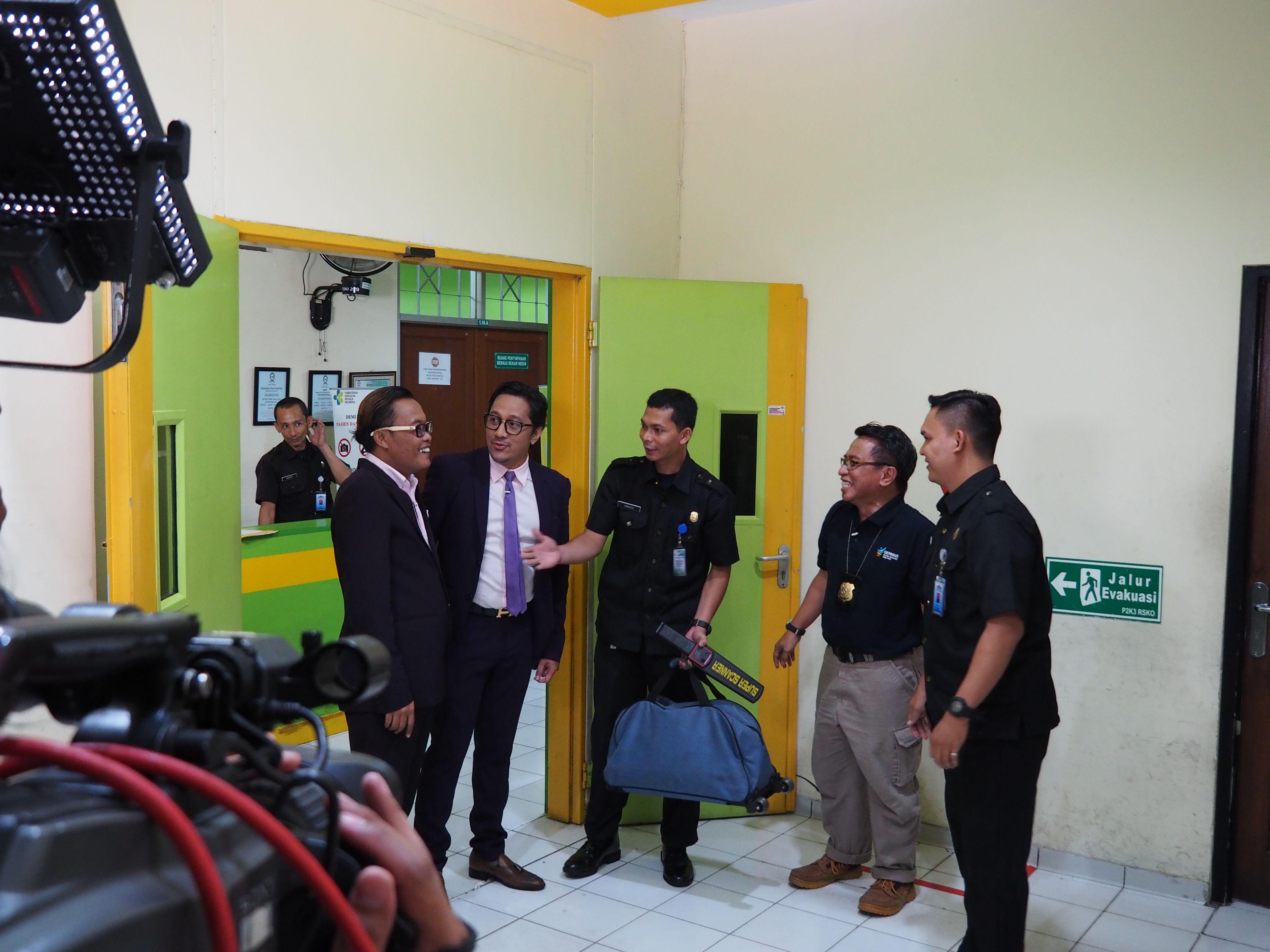 Deskripsi : Sule dan Andre dilakukan SOP Spot Check sebelum masuk ke rumah rehabilitasi RSKO Jakarta I Sumber Foto : dokpri