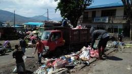 Petugas Pengangkut Sampah Dinas Lingkungan Hidup kabupaten Flores Timur saat mengangkut sampah di Pasar Inpres Larantuka. (Foto/Dokpri)