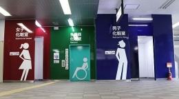 Selalu ada 3 warna untuk semua tempat rung public di Jepang! Pink untuk wanita, biru untuk pria dan hijau untuk disabilitas. Dan toilet disabilitasSELALU BERADA DI TENGAH2 nya, atau jika area sempit, TOILET DISABILITAS SELALU TERLIHAT JELAS, sedangkan yang umum, bisa saja berada agak jauh dibelakang .... Dokumentasi pribadi