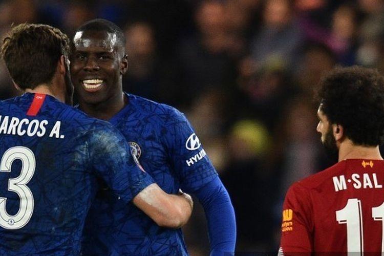 Marcos Alonso dan Kurt Zouma merayakan kemenangan di hadapan Mohamed Salah dalam laga Chelsea vs Liverpool pada putaran kelima Piala FA di Stadion Stamford Bridge, London, Selasa (3/3/2020) atau Rabu dini ahri WIB. (Foto: AFP/GLYN KIRK)