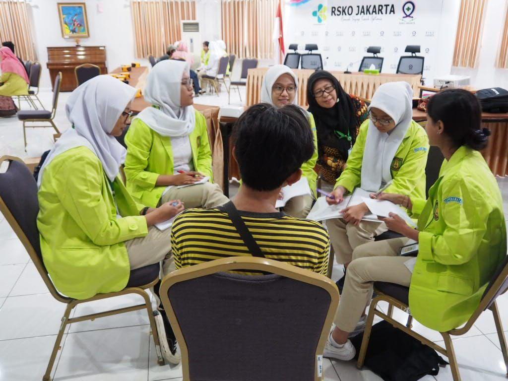 Deskripsi : Mahasiswa Poltekkes Jakarta 1 diskusi kelompok dengan salh-satu pasien rawat jalan RSKO Jakarta I Sumber Foto: dokpri