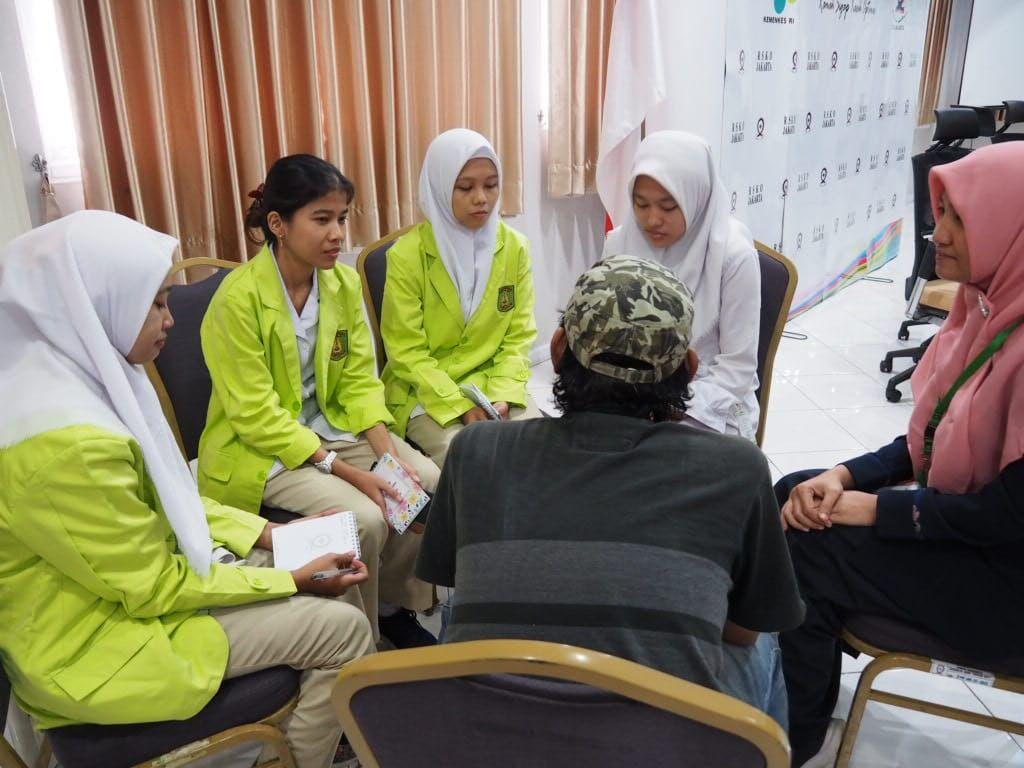 Deskripsi : Mahasiswa Poltekkes Kemenkes Jakarta 1 (satu) melakukan diskusi kelompok dengan pasien rawat jalan I Sumber Foto: dokpri