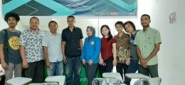 Sesi foto Pengurus BEM UTSU dan peserta pelatihan Jurnalis bersama kedua Narasumber