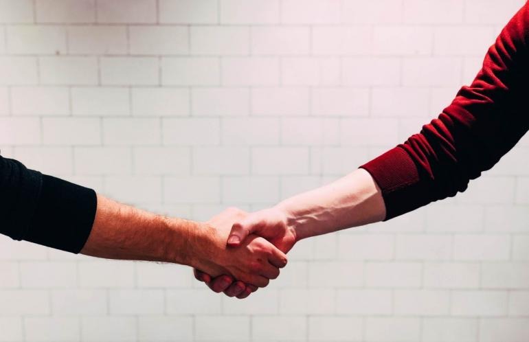Di tengah suasana krisis kesehatan akibat pandemi corona, berjabat tangan menjadi ritual yang terlarang (foto: unsplash.com/Chris Liverani)