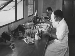 Dua laboran bumiputera pada Institut Wilhelmina, Warsa dan Soeardiman Ca. 1939. Sumber: Tropenmuseum.