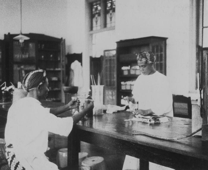 Seorang laboran bumiputera, Raden Mas Korantil yang bekerja pada Eijkman Instituut. Ca. Tahun 1929. Sumber: Koleksi Tropenmuseum.