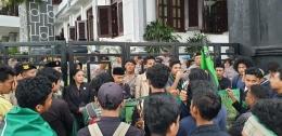 HMI Cabang Malang dalam aksi penolakan RUU Cipta Kerja, Sumber : nusadaily.com