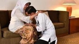 Jokowi sungkem ibunya/TribunNews.com
