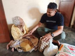 Koordinator Komunitas Baleum Syedara serahkan bantuan kepada Salma (80), warga miskin di Kota Langsa, Aceh. (Foto: Agus Setiawan).
