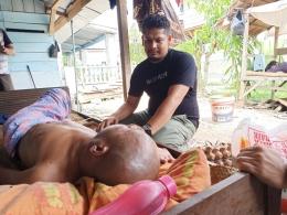 Agus Setiawan saat kunjungi M Ali yang terbaring di kediamannya. (Foto: Agus Mandor).