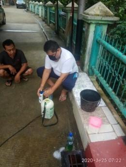 Swadaya pembuatan disinfektan/Sumber: Arsip Pribadi