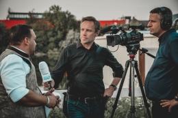 Wartawan tengah wawancara dengan nara sumber. Sumber pexels.com