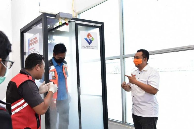 Ujicoba bilik disinfektan di Bandara Lombok, Kamis (26/3/2020)(Dok. Humas Provinsi NTB via Kompascom)