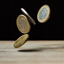Menyiapkan tabungan di bank dan uang tunai akan membantu untuk berjaga-jaga pada masa pandemi ini (ilustrasi: pexels.com)