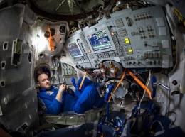 Scott Kelly berada dalam Soyuz simulator di Gagarin Cosmonaut Training Center, Rusia. (Bill Ings/NASA via nytimes.com)