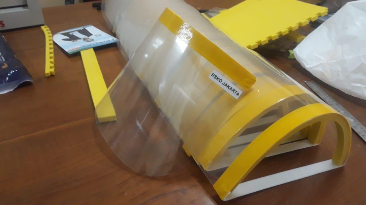 Deskripsi : Face Shields tahap 2 yang dibuat RSKO jakarta I Sumber Foto : dokpri
