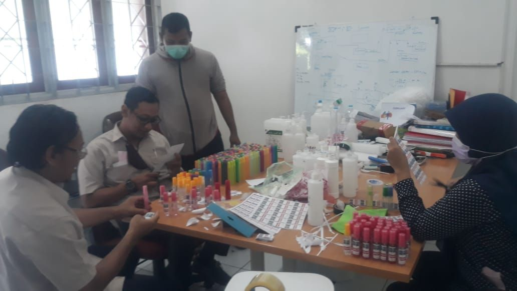 Deskripsi : Pegawai RSKO Jakarta membuat Face Shield, Hand Sanitizer, dan Disinfectan secara Mandiri I Sumber Foto : Akmal Nelli