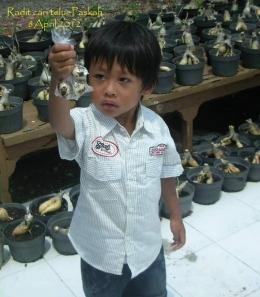Keponakan saya 8 tahun lalu. Mendapat telur yang disembunyikan. Photo by Ari