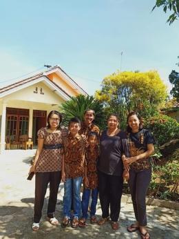 Foto bersama di depan rumah usai ibadah rumah Jumat Agung. Dokumen pribadi