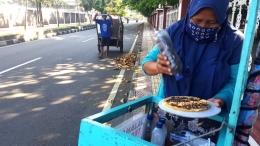 Bu Wiwin, pedagang kecil yang menjual terang bulan. Di tengah pandemi, ia masih di tempat yang sama pada Selasa (14/4/2020) pagi (dok. pri)
