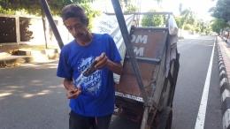 Pak Bando, berkeliling memungut sampah dan barang bekas sejak pukul 02.00 (dok. pri).