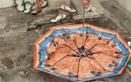 Payung yang rusak. (foto: dok. pribadi)
