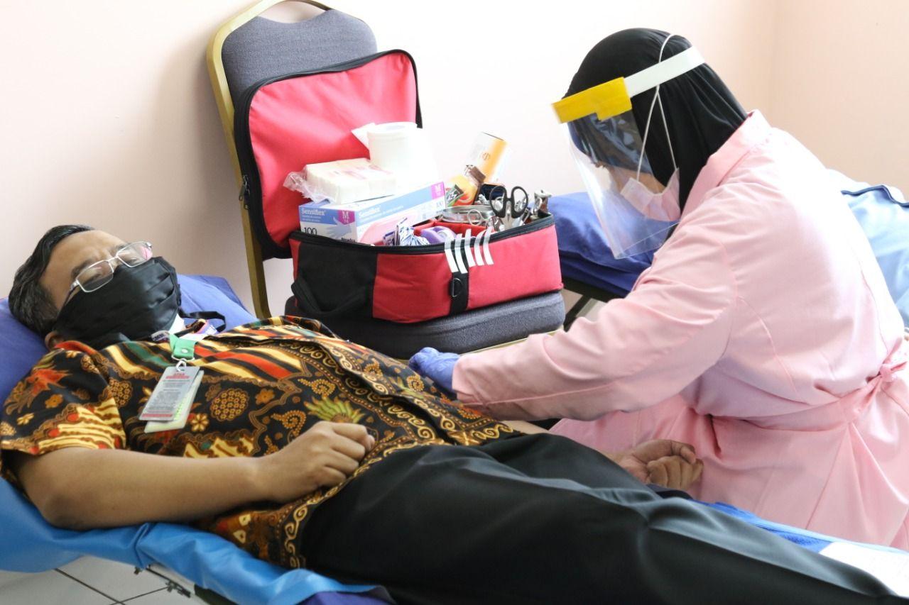 Deskripsi : Dirut RSKO Jakarta, dr.Azhar Jaya, SKM, MARS mendonorkan darahnya pada kegiatan kali ini (17/04/2020) I Sumber Foto : dokpri