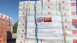 Spanduk yang melekat pada paket bantuan kemanusiaan pemerintah Turki kepada Inggris. (Sumber: /www.aa.com.tr)