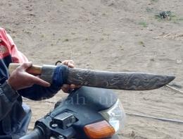 Seorang suku Tengger sedang menunjukkan parang untuk mencari kayu. Dokpri