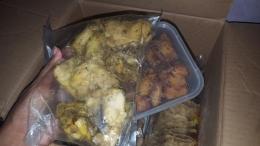 Ayam bumbu kuning dari ibu sebagai persediaan selama Ramadan (dok. pri).