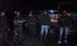 Anggota Banteng Komando (BK) Trisula 11 didampingi personil Koramil 1408-11/Bky pantau PSBB di wilayah (foto IR)