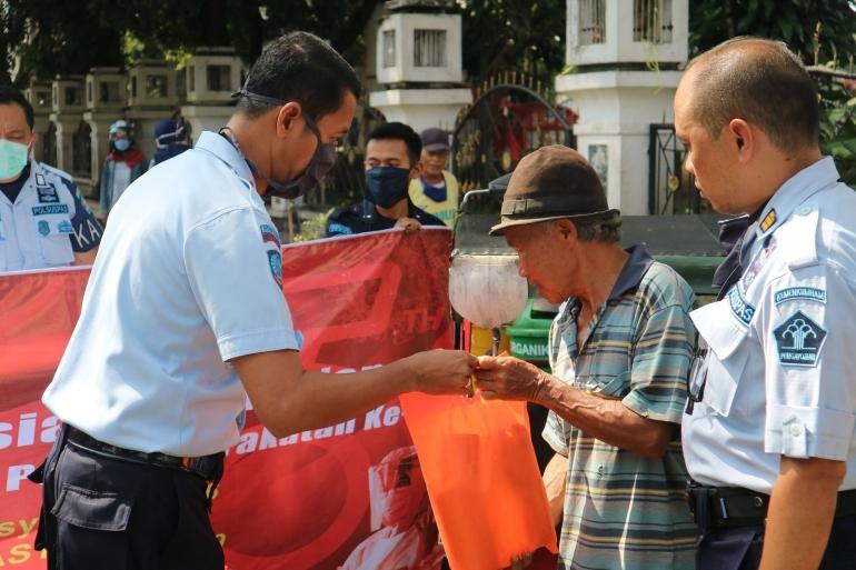 Kepala Rutan Garut, Sukarno Ali beserta jajaran melaksanakan bakti sosial kepada masyarakat yang membutuhkan (dok. Humas Rutan Garut)