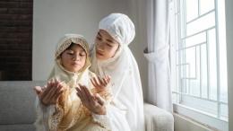 Ilustrasi mengajarkan bacaan doa kepada anak selama ramadan (Sumber: id.theasianparent.com)