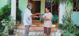 Kepala Desa Lamawalang membagikan masker. (Foto/ Dokpri)