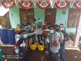 Aparat desa Lamawalang, Larantuka foto bersama sebelum melakukan penyemprotan Disinfektan dan membagikan masker kepada warga desa setempat. (Foto/ Dokpri)