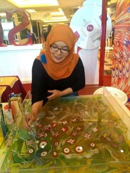 Aksi Linda melukis suminagashi di salah satu maal di Jakarta (sumber: dokpri)