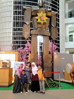 Linda bersama origami robot raksasa ciptaannya yang memecahkan rekor MURI (sumber: dokpri)