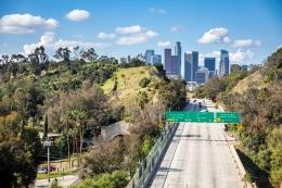 Sebuah jalan Raya Los Angeles terlihat kosong pada jam sibuk pada tanggal 7 April 2020, pada masa penerapan stay at home selama pandemi coronavirus (Sumber https://www.sfgate.com)